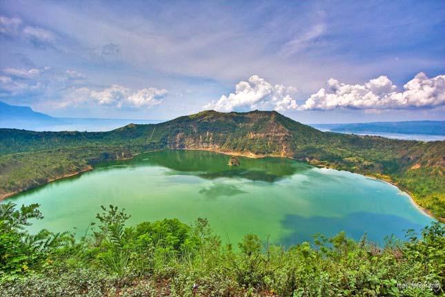 Taal vulkán és a kráter tó, a Fülöp-szigeteki Luzon szigeten