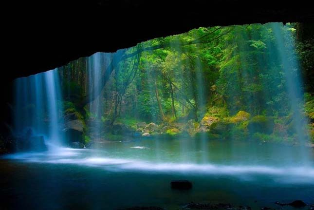 Vízesés Ogun város közelében, Kumamoto prefektúra, Japán.