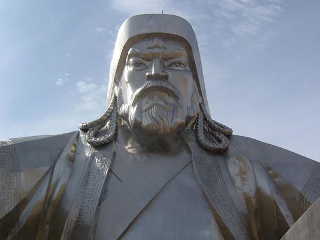 Dzsingisz kán lovasszobra Mongóliában