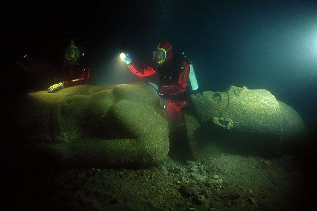 Búvárok vizsgálják egy fáraó szobrát Forrás: Hilti Foundation/Christoph Gerigk