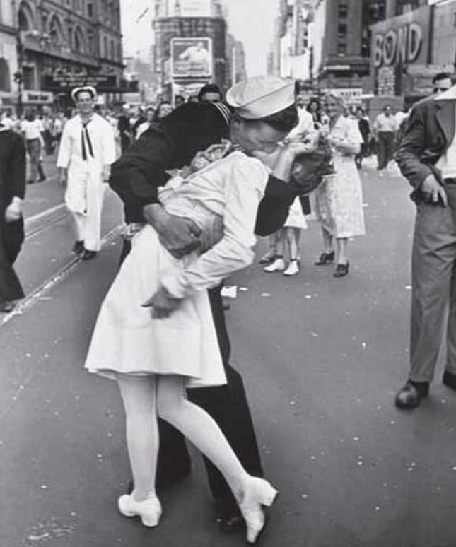 Csók a Times Square-en (Alfred Eisenstaedt, 1945)