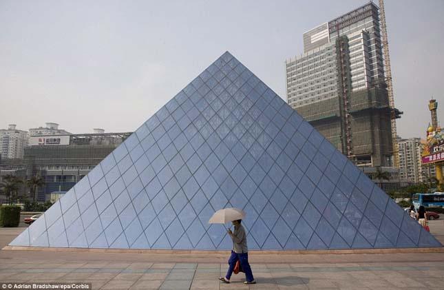 Párizs híres művészeti galériája, a Louvre üvegpiramisa