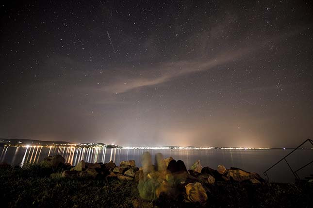 Fiatalok nézik a csillaghullást a Balaton-parton, Zamárdiban 2015. augusztus 11-én. MTI fotó: Sóki Tamás